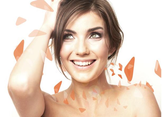 Mujer con rostro limpio e iluminado