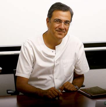 Alberto Casado con camisa blanca Director Médico