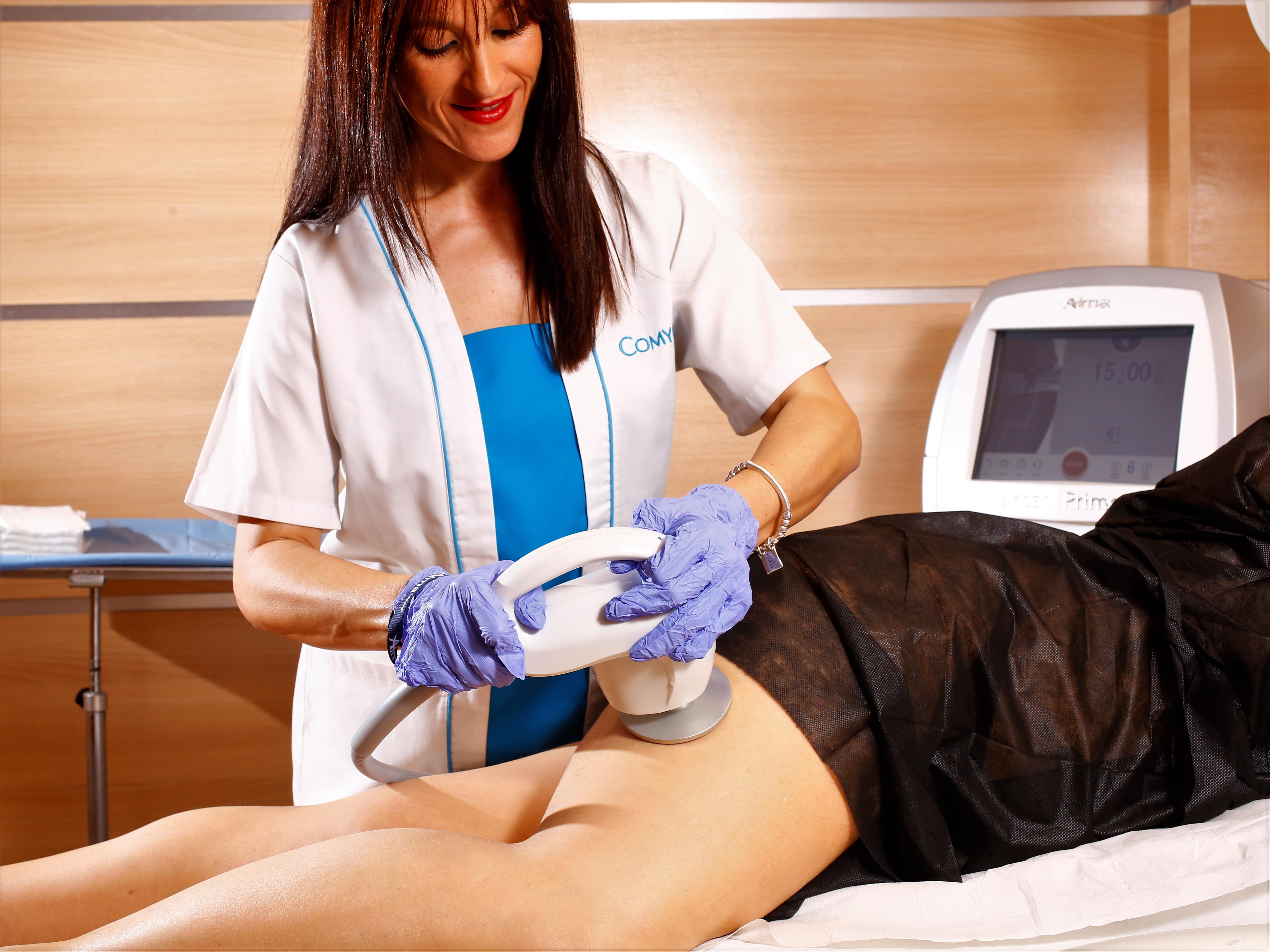 Mujer realizando tratamiento rejuvenecimiento piel
